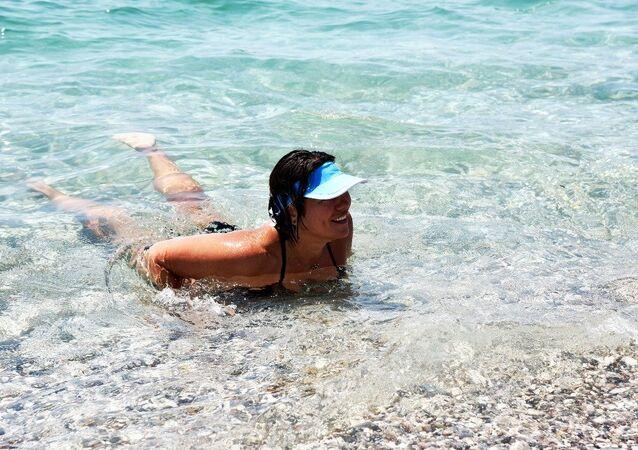Antalya'da denize giren ve 3 saat sudan çıkmayan Rus turist