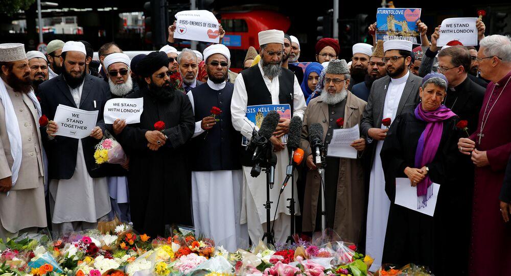 Londra saldırısnın ardından Müslümanlar, ölenlerin anısına toplandı