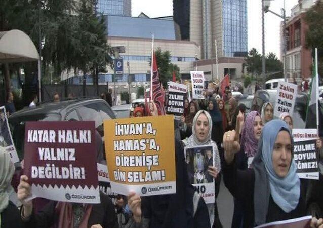 Suudi Arabistan Başkonsolosluğu önünde Katar protestosu