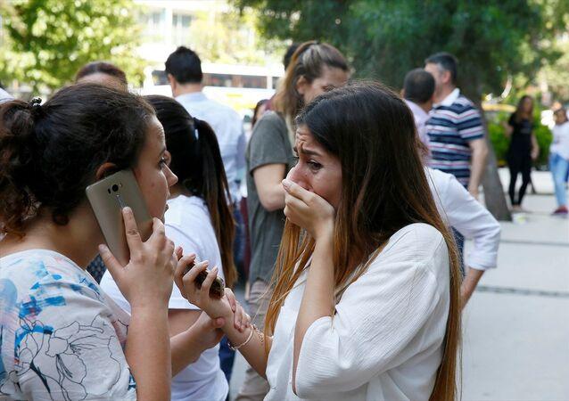 İzmir'de hissedilen deprem vatandaşlarda paniğe neden oldu. İşyerlerini boşaltan çalışanlar yakınlarını ulaşmak için telefonlarına sarıldı. Korku yaşayan bazı vatandaşların gözyaşlarına hakim olamadığı görüldü.