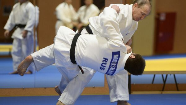 Russian President Vladimir Putin during a sparring with the 2014 World Judo Championship bronze medal winner Musa Mogushkov at the meeting with members of the Russian national judo team, January 8, 2016 - Sputnik Türkiye