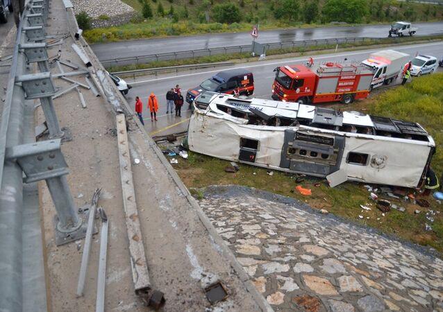 Çorum'da yolcu otobüsü üst geçitten düştü