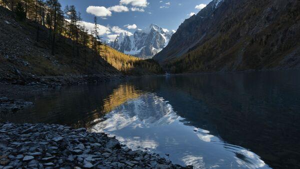 Rusya'ya bağlı Altay Cumhuriyeti'ndeki Şavlinskoye Gölü - Sputnik Türkiye