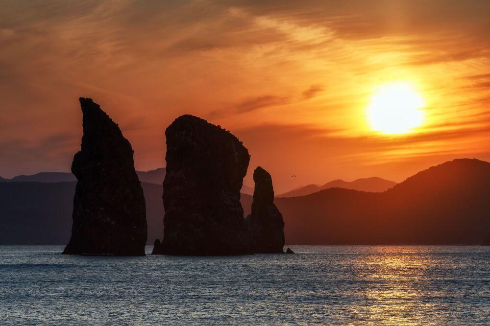 Kamçatka'daki Üç Kardeş kayaları