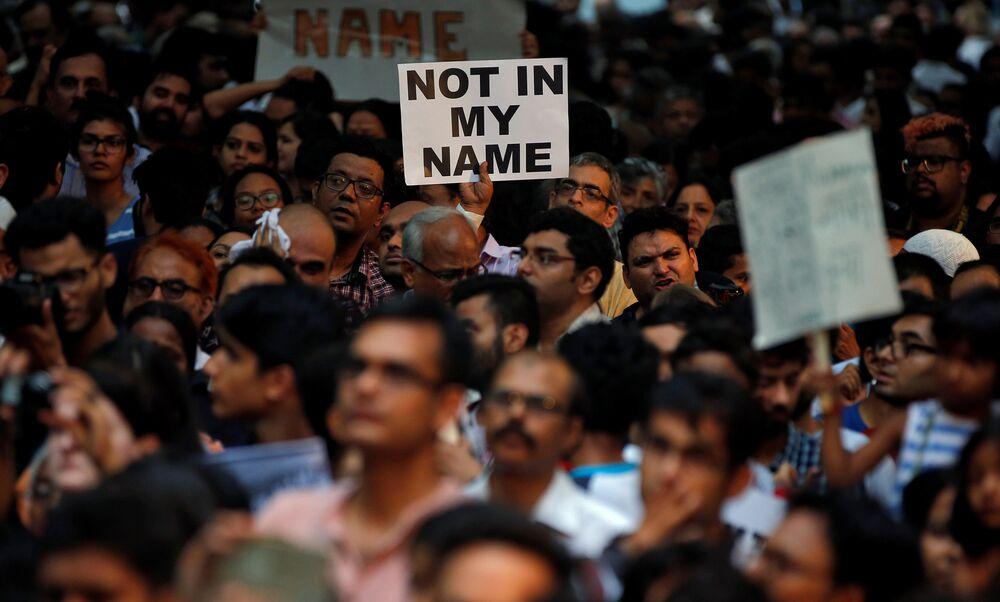 Son cinayetin ardından çarşamba günü birçok kentte binlerce kişi sokağa döküldü. Şiddetin sona ermesini isteyen göstericiler ' Benim adıma değil' dövizleri taşıdı.