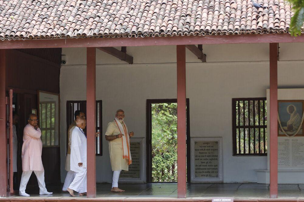Gandi'nin gurusu Shrimad Rajchandraji'nin 150. doğum yıldönümü nedeniyle aşramı ziyaret eden Modi Bu ülkede hiç kimse kanunları kendi eliyle uygulama hakkına sahip değil. Şiddet hiçbir sorunu çözmez dedi.
