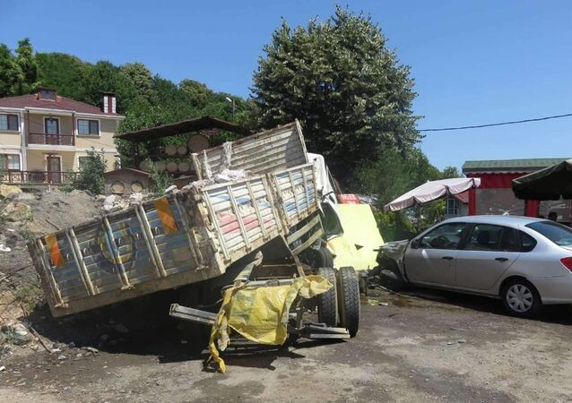 Beykoz'da moloz yüklü kamyon kaza yaptı