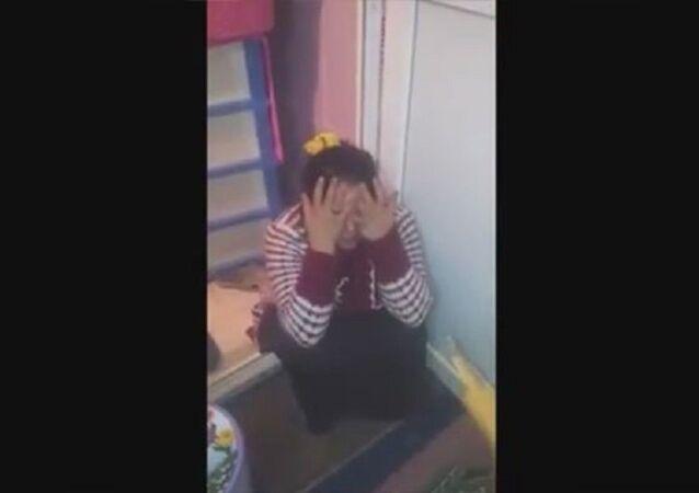 Evli ve 2 çocuk babası Mehmet Şakir Ş., görüntülerde sopayla vurup tekme attığı eşi C.Ş.'ye çocuk bezindeki dışkıyı yedirtmek istiyor.