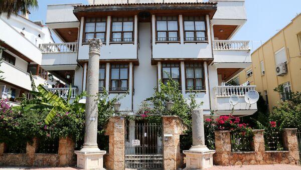 Antalya'da apartman önüne dikilen Roma sütunları - Sputnik Türkiye