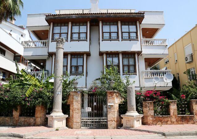 Antalya'da apartman önüne dikilen Roma sütunları