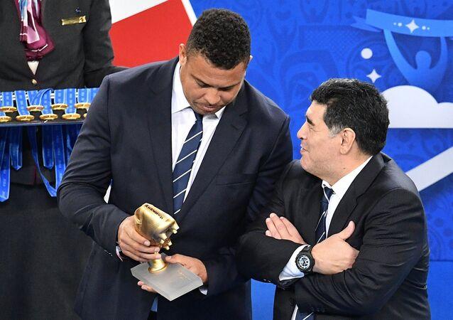 Arjantinli futbol yıldızı Diego Maradona ve Brezilyalı futbolcu Ronaldo Luis Nazario de Lima, Rusya'nın ağırladığı Konfederasyon Kupası finalinin ödül töreninde.