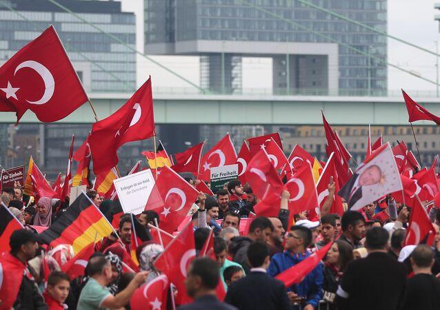 Köln'de Cumhurbaşkanı Erdoğan'a destek gösterisi