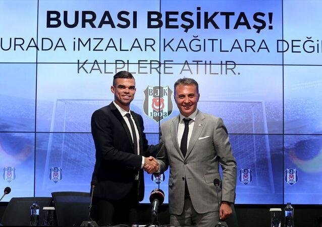 Beşiktaş, Portekizli savunma oyuncusu Kepler Laveran Lima Ferreira (Pepe) ile 2 yıllık sözleşme imzaladı. Vodafone Park'ta düzenlenen törene katılan Pepe, basın mensuplarına poz verdi.