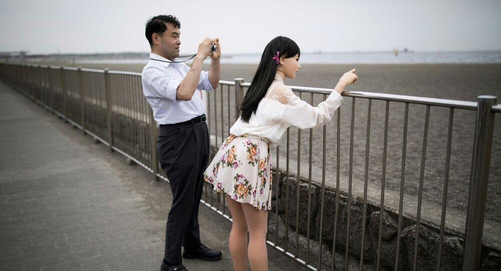 Tokyo'da yaşayan 45 yaşındaki Mayasuki Ozaki ve silikon sevgilisi Mayu ile dolaşıyor.
