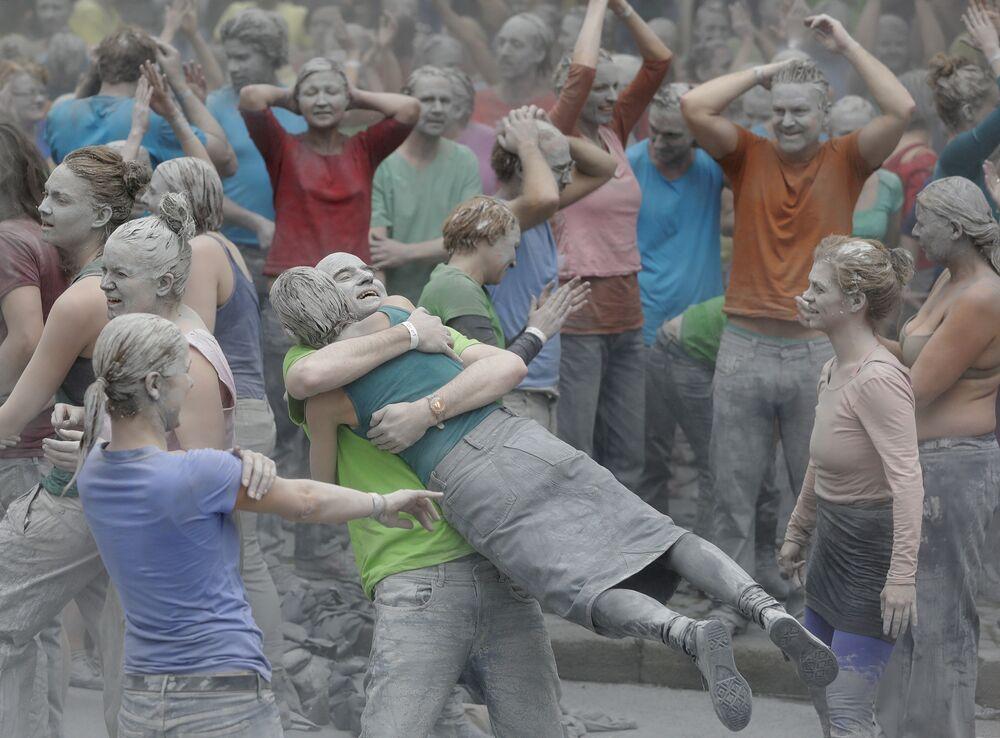 İki saat süren gösterinin sonunda protestocular üzerlerindeki gri takım elbiseleri çıkardı ve birbirleriyle kucaklaştı