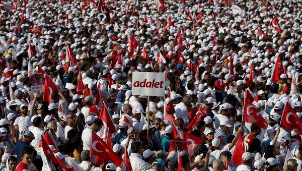 CHP Grup Başkanvekili Özgür Özel gerçekleştirilen mitinge 1 milyon 600 bin vatandaşın katıldığını belirtirken İstanbul Valiliği katılımcı sayısının yaklaşık 175.000 olduğunu açıkladı. - Sputnik Türkiye