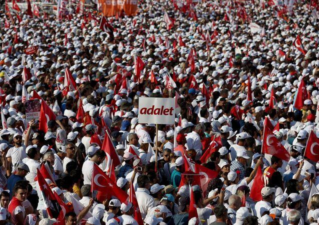 CHP Grup Başkanvekili Özgür Özel gerçekleştirilen mitinge 1 milyon 600 bin vatandaşın katıldığını belirtirken İstanbul Valiliği katılımcı sayısının yaklaşık 175.000 olduğunu açıkladı.