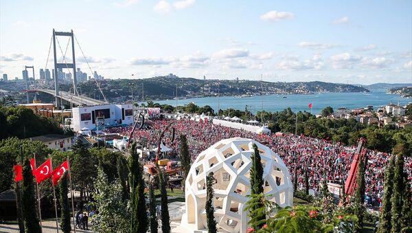 15 Temmuz Demokrasi ve Milli Birlik Günü kapsamında düzenlenecek tören için binlerce kişi köprüde toplandı - Sputnik Türkiye