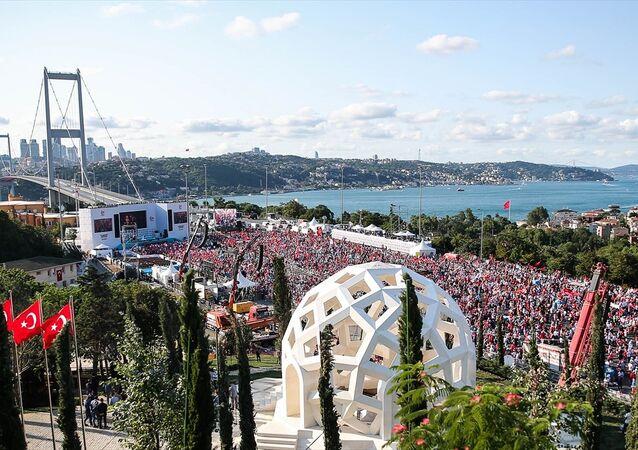 15 Temmuz Demokrasi ve Milli Birlik Günü kapsamında düzenlenecek tören için binlerce kişi köprüde toplandı