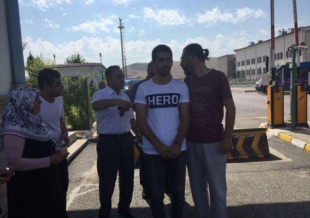 Duruşma salonuna Hero tişörtüyle girmeye çalıştı