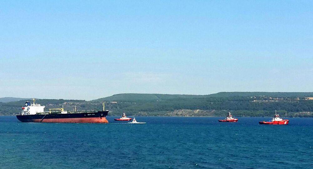 Çanakkale Boğazı'nda karaya oturan tanker kurtarıldı