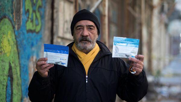 Satılan marihuana paketleri üzerinde uyuşturucunun zararları hakkında uyarılar bulunuyor. - Sputnik Türkiye
