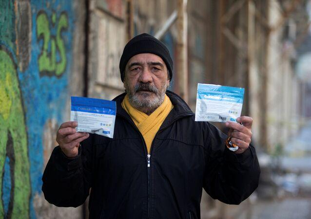 Satılan marihuana paketleri üzerinde uyuşturucunun zararları hakkında uyarılar bulunuyor.