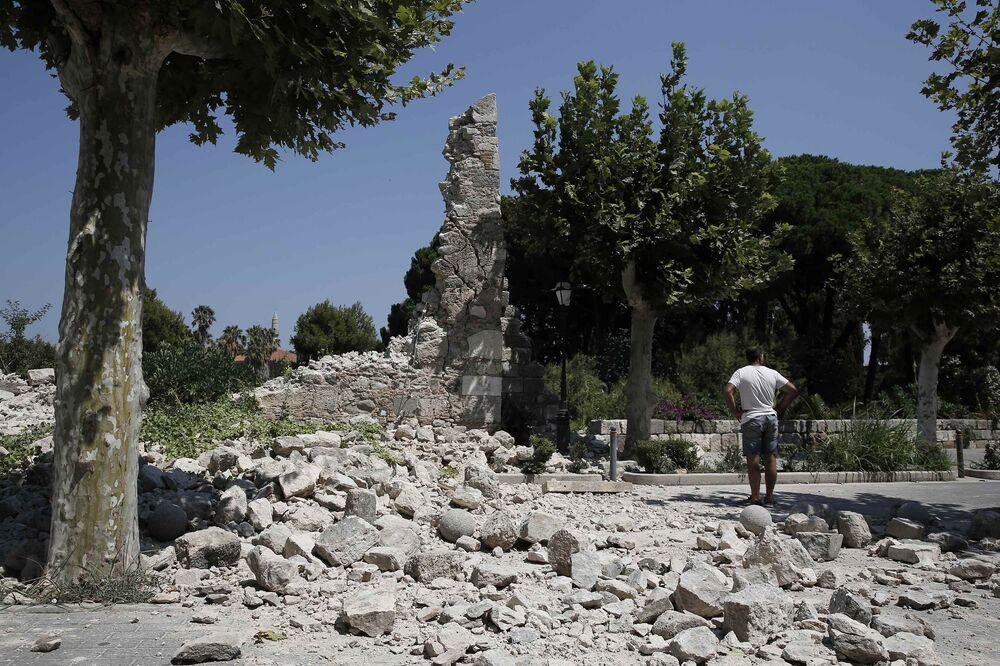 Ege'de merkez üssü Kos adası açıkları olan 6.6 büyüklüğündeki deprem Kos'ta can ve mal kaybına yol açtı.  Gece saat 01.31'de yaşanan deprem Kos Adası'nda biri Türk, diğeri İsveçli olmak üzere 2 kişi, 5'i ağır 80'den fazla kişinin yaralanmasına neden oldu.