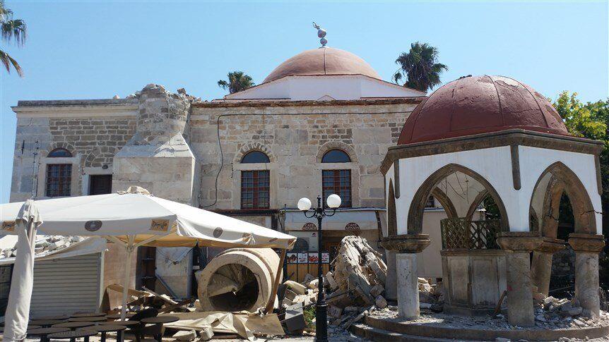 Deprem'de Kos adasındaki Deftardar Camii'nin de minaresi yıkıldı