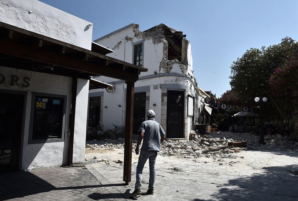 Ölen 1'i Türk 2 turistin merkezdeki barın duvarının yıkılmasıyla hayatını kaybettiği açıklandı. Kos'ta çok sayıda tarihi binada zarar meydana geldi.