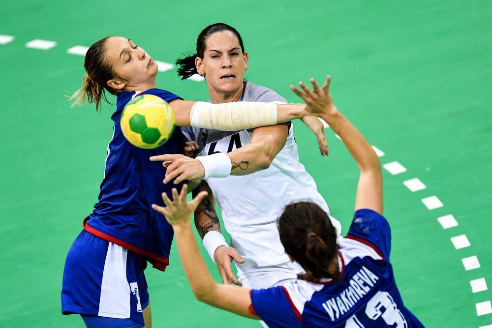 Sovyetler Birliği döneminde kadınlar hentbolda olimpiyat ve dünya şampiyonlukları kazanıldı. 2016 Rio Olimpiyatları'nda altın madalya alan Rus kadın hentbol takımı, şimdi de Aralık 2017'de Almanya'da gerçekleşecek Dünya Şampiyonası'nda altın madalya için hazırlanıyor.