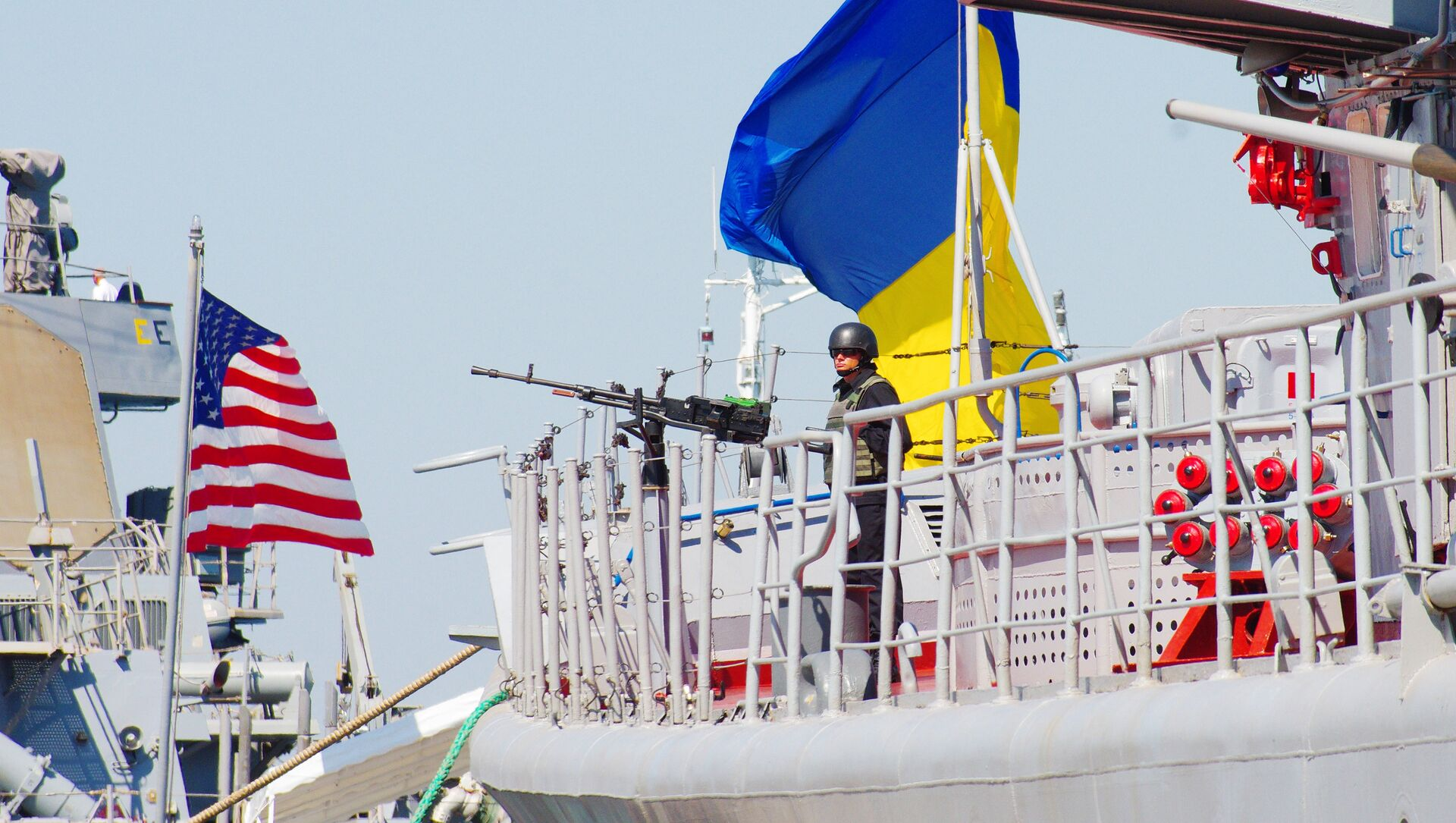 The Ukrainian Navy Hetman Sahaidachnyi frigate (R) and United States Navy missile destroyer Donald Cook (DDG-75) are moored near one another during the international drill Sea Breeze-2015 which officially begins in southern Ukrainian city of Odessa, on September 1, 2015. - Sputnik Türkiye, 1920, 15.07.2021