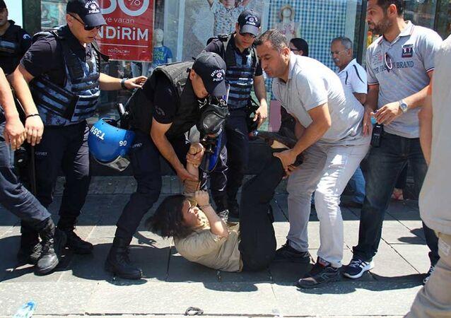 Nuriye Gülmen ve Semih Özakça eyleminde polis müdahalesi