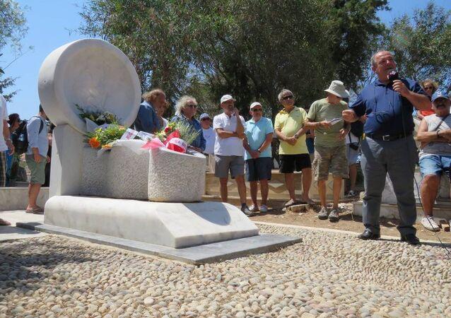 Şair Can Yücel'in mezarı