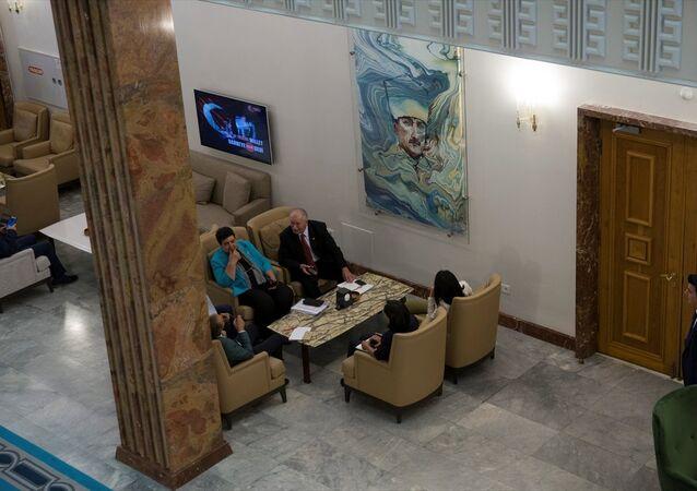 Atatürk resmi muhalefet kulisine geri asıldı