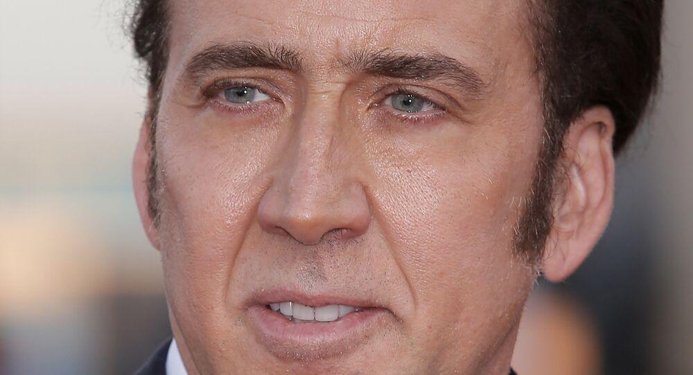 ABD'li aktör Nicolas Cage'in, 13. Avrasya Uluslararası Film Festivali'nin açılışı için gittiği Kazakistan'da geleneksel Kazak giysileri giyip çektirdiği fotoğrafta yüzünden görülen ifadesizlik nedeniyle alay konusu oldu.