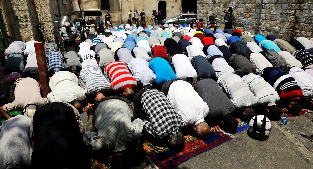 Müslümanlar Mescid-i Aksa dışında namaz kılıyor
