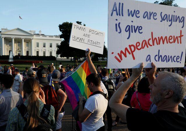 Trump'ın 'trans yasağı' Beyaz Saray önünde protesto edildi