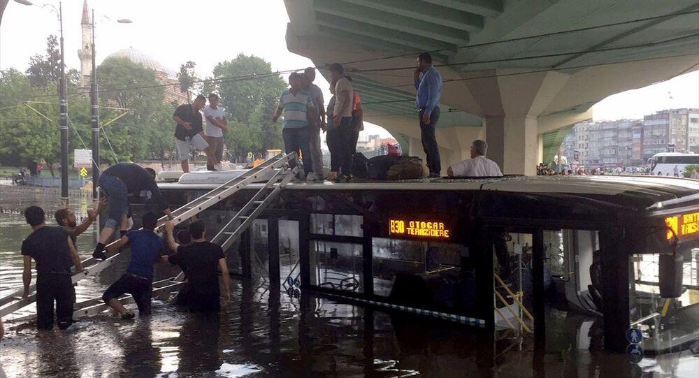 İstanbul'da şiddetli sağanak - fırtına - yağmur - otobüs