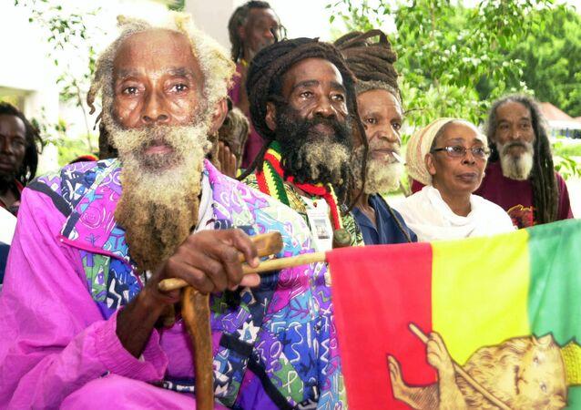 Etiyopya Dışişleri Bakanlığı, ülkede yaşayan Rastafaryanizm dinine mensup kişilere kimlik belgesi çıkaracağını duyurdu. En ünlü üyeleri Jamaikalı Reggae müzisyeni Bob Marley olan Rastafaryanizm takipçileri, 1950'lerde mesih (Tanrı'nın dünyadaki yansıması) kabul ettikleri son Etiyopya İmparatoru Haile Selasiye'nin Afrikalı kölelerin torunlarına ülkedeki Shashamane kentinde 1200 hektarlık bir toprak ayırıp 'yuvalarına' dönmeleri çağrısında bulunmasından sonra bu ülkeye göç etmeye başlamıştı.