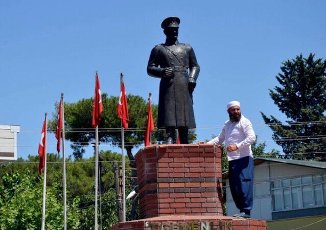 Mehmet Malbora, 'Dinimizde putperestliğe yoktur' diye bağırarak Atatürk büstüne elindeki tahra ile zarar vermeye kalkıştı.