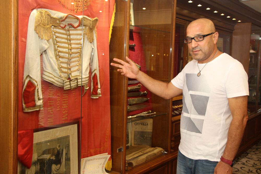 Sovyet dönemine ait antikalarla otelinde müze kurdu