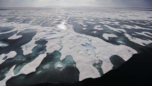 İklim değişikliği sebebiyle her geçen gün daha çok deniz buzu eriyor, Kanada Arktik Adaları - Sputnik Türkiye
