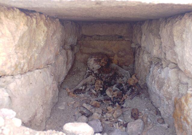 Konya'da 2 bin yıllık olduğu tahmin edilen bir mezar bulundu. Meram ilçesi Köyceğiz Mahallesi'nde bulunan Necmettin Erbakan Üniversitesi Köyceğiz Yerleşkesi'nde iş makinesi ile gerçekleştirilen yol yapım çalışması sırasında, düzenleme yapılan topraklık alanda bir oyuk oluştu.