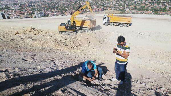 Polis ekiplerinin de inceleme yaptığı ve yaklaşık 2 bin yıllık olduğu tahmin edilen mezarın bulunduğu alanda kazı çalışması başlatılacağı öğrenildi. - Sputnik Türkiye