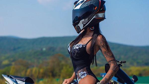 Güzelliği ve cesaretiyle sosyal medyanın fenomeni haline gelen Rus motosikletçi Olga Pronina, sürüş sırasında gerçekleştirdiği akrobatik hareket sırasında selfie çekmeye çalışırken geçirdiği kaza sonucunda hayatını kaybetti. - Sputnik Türkiye