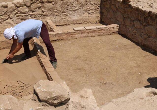 Cami bahçesinde Roma dönemine ait mezar bulundu