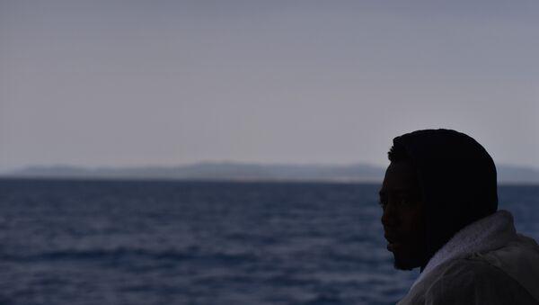İtalya'nın Cagliari Limanı'nda, Libya açıklarında kurtarılan bir göçmen - Sputnik Türkiye