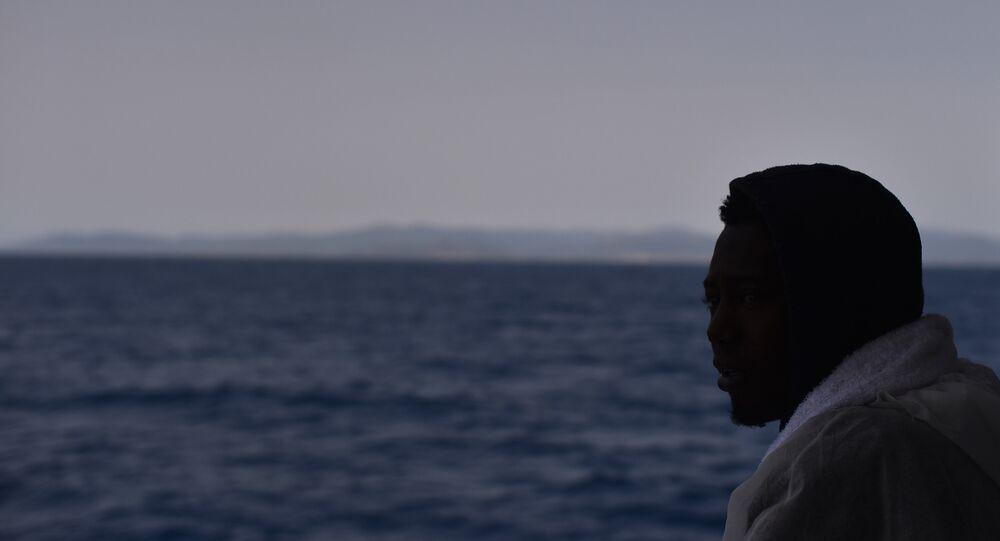 İtalya'nın Cagliari Limanı'nda, Libya açıklarında kurtarılan bir göçmen