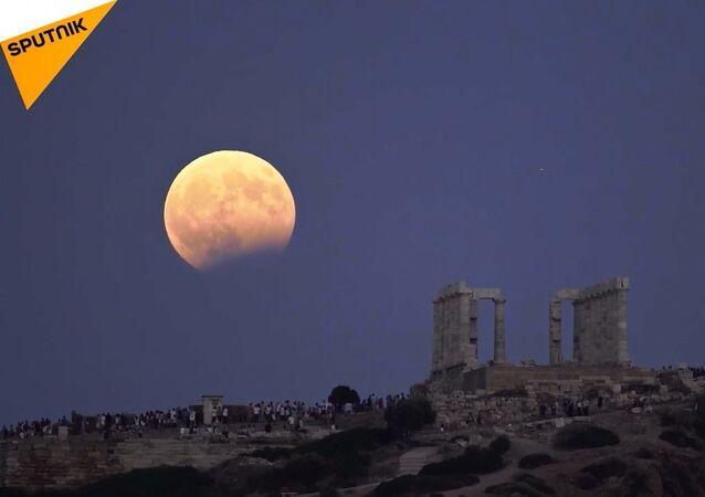 Kanlı ay tutulması Yunanistanda böyle görüntülendi